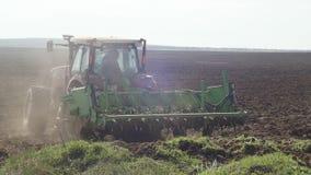 Landbouwtrekker die en wijngaardgebied zaaien cultiveren stock video
