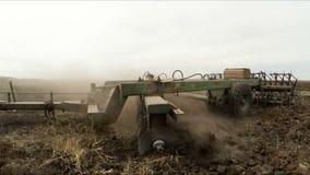 Landbouwtrekker die Landelijk Gebied ploegen stock video