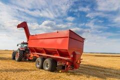 Landbouwtrekker en het oogsten aanhangwagen Stock Afbeeldingen