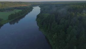 Landcape aéreo del río en prados verdes metrajes