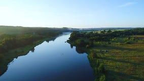 Landcape aereo del fiume in prati verdi archivi video