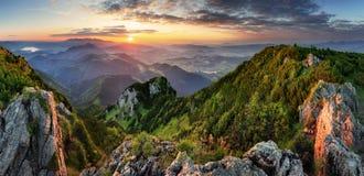 Landcape av berget på solnedgångpanorama från maximala Velky Choc, Sl royaltyfria bilder