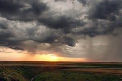 Landcape con i clounds della tempesta al tramonto Immagini Stock Libere da Diritti