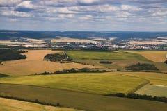 Landcsape mit grünen sonnigen Wiesen und Felder und Stadt im Ba Lizenzfreies Stockfoto