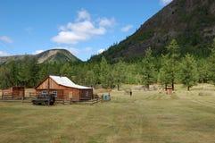Landelijk blokhuis in de bergvallei royalty-vrije stock foto