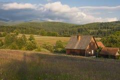 Landelijk blokhuis in Transsylvanië Mooie weide royalty-vrije stock fotografie