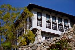 Landelijk huis, achter de herfstboom Stock Foto's