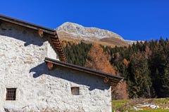Landelijk huis in een berglandschap royalty-vrije stock foto