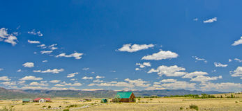 Landelijk Huis in een Prairie aan de Kant van het Oosten van Rocky Mountains in Colorado Stock Afbeelding