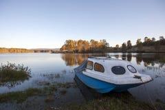 Landelijk landschap bij zonsondergang Meer in de herfst Royalty-vrije Stock Afbeelding