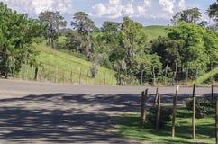 Landelijk landschap in de bergen met een mooie blauwe hemel stock afbeeldingen
