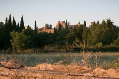 Landelijk landschap met de citadel van Carcassonne in de afstand bij zonnen Royalty-vrije Stock Afbeelding