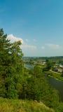 Landelijk landschap met dorp op rivierbank Royalty-vrije Stock Foto