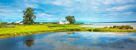 Landelijk landschap met een rivier Chingisy, Novosibirsk oblast, Russ Stock Fotografie