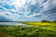 Landelijk landschap met een rivier Chingisy, Novosibirsk oblast, Russ Stock Afbeeldingen