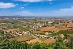Landelijk landschap met gebieden en kleine steden in Umbrië, Italië royalty-vrije stock afbeeldingen