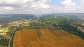 Landelijk Landschap met Oogstgebied in Hilly Valley stock videobeelden