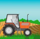 Landelijk landschap met oranje tractor Stock Foto