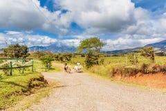Landelijk landschap met windlandbouwbedrijf bij de achtergrond in Costa Rica n Stock Afbeeldingen