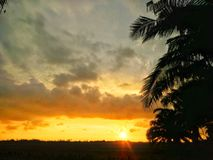 Landelijk landschap met zonsondergang royalty-vrije stock afbeelding