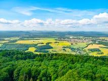 Landelijk landschap rond Mimon op zonnige de zomerdag, mening van Ralsko-berg, Tsjechische Republiek stock afbeelding