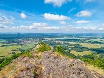 Landelijk landschap rond Mimon op zonnige de zomerdag, mening van Ralsko-berg, Tsjechische Republiek royalty-vrije stock foto's