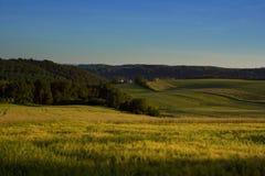 Landelijk landschap wiew op de weiden, de weilanden en de gebieden in het heuvelige platteland Royalty-vrije Stock Afbeeldingen