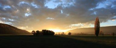 landelijk landschap in zonsonderganglicht royalty-vrije stock afbeeldingen