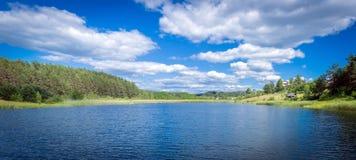 Landelijk meer in Litouwen stock foto's