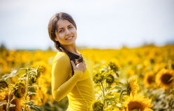 Landelijk meisje in gebiedszonnebloemen Royalty-vrije Stock Foto