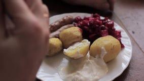 Landelijk ontbijt van aardappel in de schil en worsten stock footage