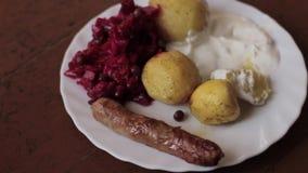 Landelijk ontbijt van aardappel in de schil en worsten stock videobeelden