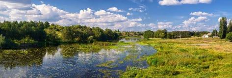 Landelijk rivierlandschap Stock Afbeelding