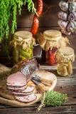 Landelijk rookhok met ham en kruiden royalty-vrije stock afbeelding