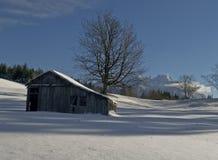Landelijk schuur en weiland in de winter Royalty-vrije Stock Afbeelding