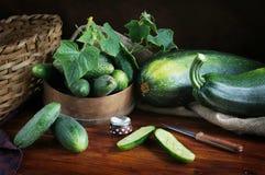 Landelijk stilleven met verse komkommers Stock Fotografie