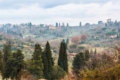 Landelijk Toscaans landschap in de bewolkte avond royalty-vrije stock afbeelding