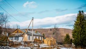 Landelijke boerderij in de Karpatische Bergen Oud huis en landbouwbedrijf Schilderachtige dorpshuizen in de Karpatische bergen stock fotografie