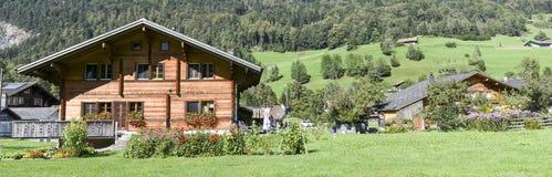 Landelijke chalets in Wilen op de Zwitserse alpen royalty-vrije stock foto's