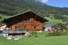 Landelijke chalets in Wilen op de Zwitserse alpen stock foto's