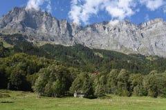 Landelijke chalets in Wilen op de Zwitserse alpen royalty-vrije stock foto