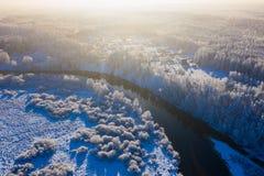 Landelijke die gebieden, bos in sneeuwantenne wordt behandeld Heldere zon stock foto's
