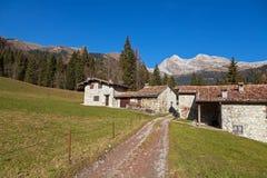 Landelijke huizen in een berglandschap stock fotografie