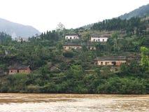 Landelijke huizen langs de rivierbank Stock Foto's