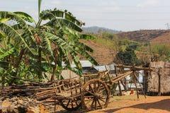 Landelijke kar in het dorp stock afbeeldingen
