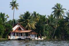 Landelijke kerk bij Alappuzha-binnenwateren, Zuid-India, Kerala Royalty-vrije Stock Foto