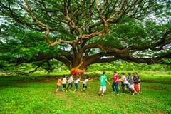 Landelijke kinderen die Thais traditioneel slangspel spelen stock foto