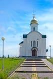 Landelijke Kleine Orthodoxe Kapel met Gouden Koepel Stock Foto