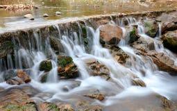 Landelijke kleine waterval, srgb beeld stock foto