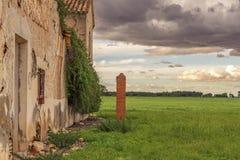 Landelijke landschapsachtergrond op een de lentemiddag onder een bewolkte hemel die onweer bedreigt stock foto